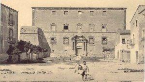 El castell de Torredembarra, en una fotografia antiga que mostra també on s'ubica avui la plaça.