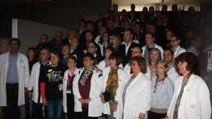 El personal de l'Hospital de Móra d'Ebre en el moment d'iniciar la tancada de 24 hores.