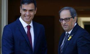 El president de la Generalitat, Quim Torra, amb el president del govern espanyol, Pedro Sánchez, a les portes del palau de la Moncloa