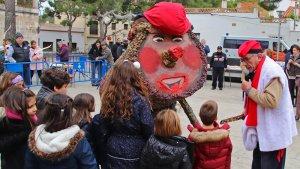El tió gegant de Torredembarra, als actes solidaris de Roda de Berà.