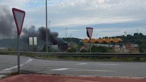 El vehicle ha començat a cremar a l'entrada de l'autopista AP-7 en direcció Barcelona, a Torredembarra