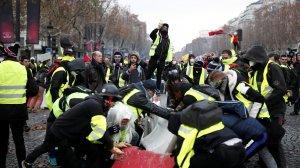 Els 'armilles grogues' fan una barricada als carrers de París en una nova jornada de protestes.
