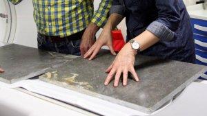 Els dos investigadors berlinesos analitzant el fòssil de vaca marina l'any 2016