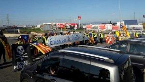 Els manifestants porten pancartes en contra la constitució