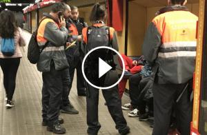 Els vigilants de seguretat del Metro intervenint un petard a l'estació del Metro de Barcelona.