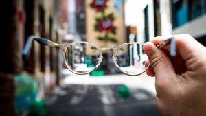En la presbicia o vista cansada se produce un empeoramiento progresivo de la capacidad que el ojo tiene para enfocar.
