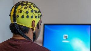 Entre otras cosas, el electroencefalograma sirve para medir las actividad eléctrica durante el sueño.