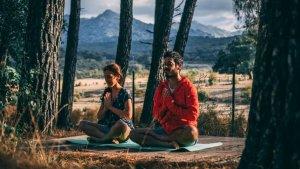 Hacer yoga en pareja es una manera de pasar tiempo juntos y conocer mejor al otro.