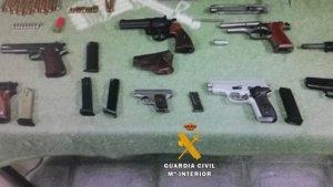 Imagen de las armas requisadas por la Guardia Civil.