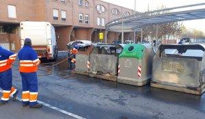 Imatge d'alguns dels contenidors que han cremat a Tortosa aquesta matinada.