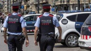 Imatge de dos agents dels Mossos d'Esquadra, a Girona.