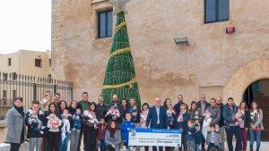 Imatge del repartiment de xecs nadó a La Canonja