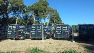 Imatge dels furgons policials, en un aparcament de Salou