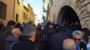 Imtage dels assistents a l'acte inaugural esperant per entrar al Museu del Pessebre de Catalunya