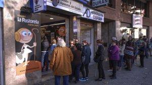La gent fent cua a les portes de La Pastoreta a Reus