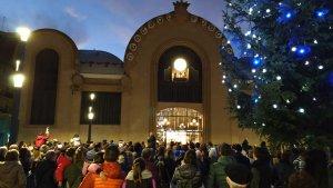 La plaça Corsini, parcialment plena per veure en acció el carilló.