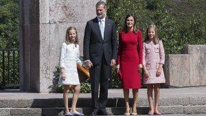 La princesa Leonor junto a su padre el rey Felipe VI, la reina Letizia y la infanta Sofía.
