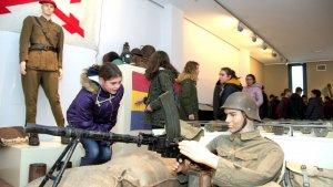 La representació d'un soldat a la trinxera a l'exposició 'La Rereguarda - Museu de les Guerres del Perelló', al CDI Cal Català.