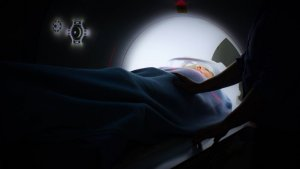La resonancia magnética se hace con un aparato de forma cúbica alargada.