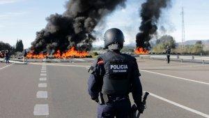 La tensió ha anat escalant entre Mossos i manifestants a l'Ampolla.
