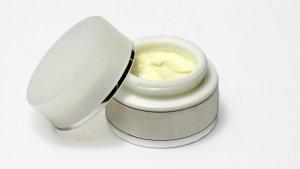 La vaselina es una pomada de consistencia grasa y color claro.
