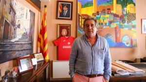 L'alcalde de Montblanc al seu despatx amb la fotografia de fons del president Puigdemont.