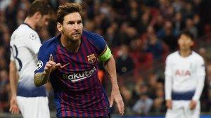 Leo Messi celebra un dels seus gols contra l'Osca.