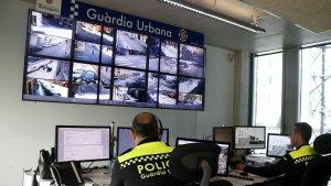 Les càmeres de videovigilància es controlen des d'una sala de la comissaria de la Guàrdia Urbana.