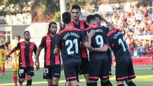 Linares és abraçat pels seus companys després d'emptar l'encontre en el minut 50