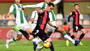Linares es disposa a efectuar el xut que ha servit per empatar el gol inicial del Còrdova