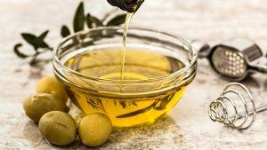 Los aceites vegetales son grasas (triglicéridos) que es extraen de las semillas o los frutos de algunas plantas.