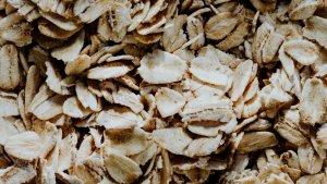 Los copos de avena son la forma más fácil de incluir este cereal en nuestra dieta.