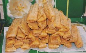 Los tamales suelen ir envueltos en hojas de plátano, de maíz o de aguacate.