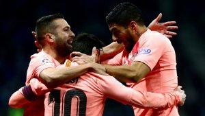Luis Suárez i Jordi Alba celebren amb Leo Messi el seu segon gol contra l'Espanyol.