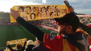 Montilivi ensenya pancartes a favor de la independència i la llibertat dels presos polítics.