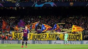 Pancarta del Camp Nou de suport a la vaga de fam als presos polítics.