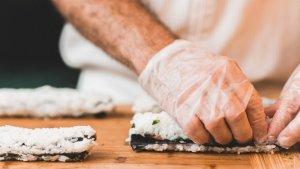 Para hacer rollos sushi casero necesitamos una esterilla, alga, arroz, entre otros ingredientes.