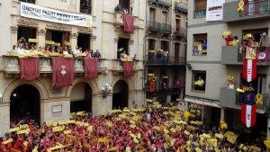 Pla general del balcó de l'Ajuntament de Valls presidit per les conselleres Elsa Artadi i Ester Capella i Eduard Pujol en l'acte reivindicatiu previ a la diada castellera de Sant Joan.