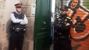 Un agent dels Mossos i un de la Guàrdia Urbana de Barcelona, el narcopis del Gòtic.