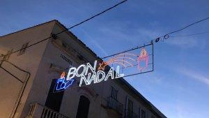Un dels llums de Nadal instal·lats al carrer d'Antoni Roig de Torredembarra.