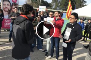 Un jove ha mostrat la seva disconformitat amb el grup de «S'ha acabat», a la UAB.