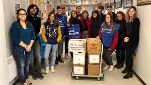 Una imatge del grup d'alumnes i de professorat que han organitzat el Gran Recapte al centre rodenc, amb la regidora Teresa Ferré.