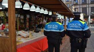 Una patrulla de la Guàrdia Urbana al Mercat de Nadal de Reus