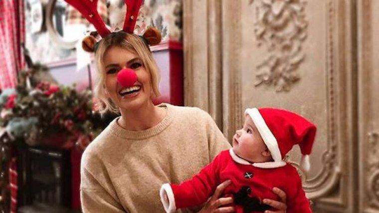 Adriana Abenia junto con la pequeña Luna felicitando la Navidad