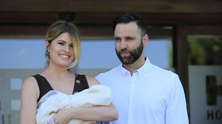 Adriana Abenia y su marido Sergio Abad a la salida del hospital