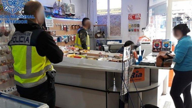 Agentes de la Policía Nacional durante el operativo contra la trata de personas