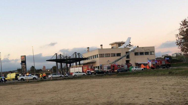Avioneta estavellada al sostre d'una benzinera, al costat de l'aeroport de Sabadell