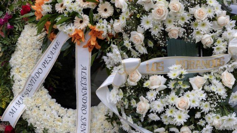 Coronas del flores, entre ellas de la de Alejandro Sanz, en el funeral de Chiquetete