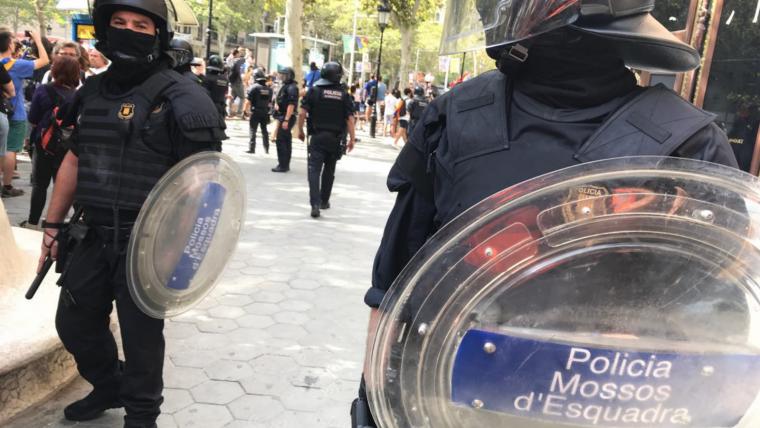 Dos agents de la BRIMO dels Mossos a passeig de Gràcia, aquest passat 1 d'octubre.