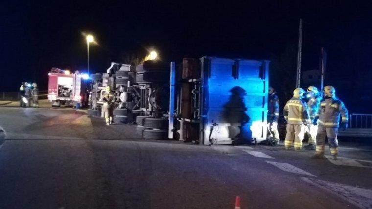 El camió ha bolcat en nuna rotonda d'entrada al municipi de Biosca, a la comarca de la Segarra